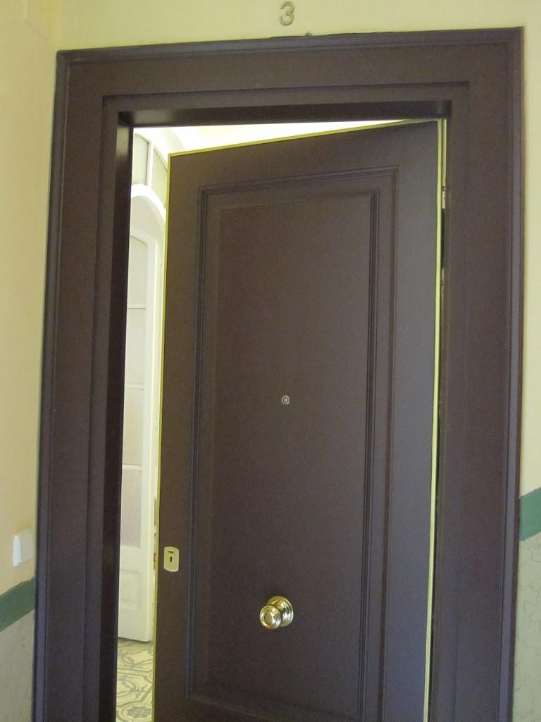 Puertas blindadas barcelona fusteria pag for Puerta plegable con cerradura
