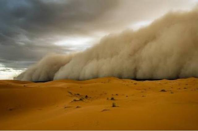 badai pasir di tengah gurun