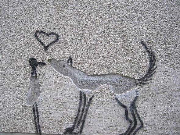 Dibujo de un pájaro y perro en una pared