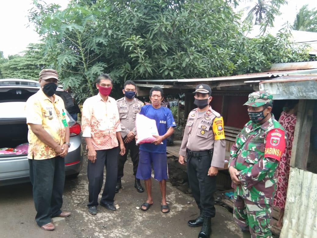 Bersama Camat dan Babinsa, Kapolsek Liliriaja Salurkan Bantuan Beras Kapolri Tahap Dua