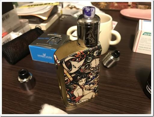 IMG 4265 thumb - 【OH!SAMURAI!】「Dovpo Bushido2 RDA」(ドヴポ・プシドーツーRDA)レビュー!フレーバー重視と言いつつ巨大なボトムエアフローで爆煙重視のRDA!レジンかストーンのドリップチップもカッコイイ!