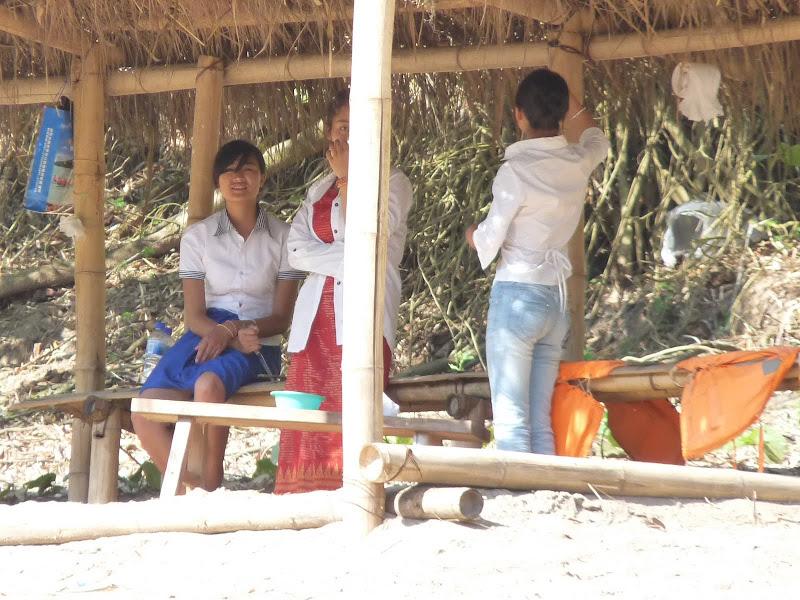 les 4 filles vont rester la de 08.30 à 18.00 a accueillir les touristes, à leur donner des bananes ,une bouteille d eau et à ramasser les détritus malgré toutes les poubelles en évidence. DUR DUR