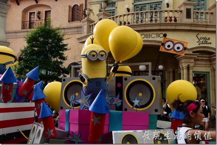 日本大阪-環球影城。小小兵還真的是花車遊行的熱門人物,不只一輛花車上有其蹤跡。