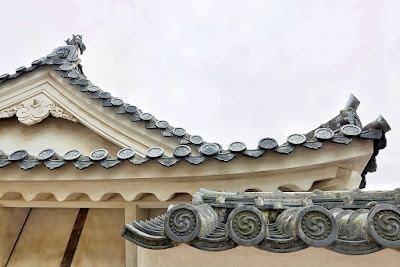 On the buildings, surrounding walls and roofs, look at the edge of the tiles. If you pay attention you can observe that different types of family crests can be found. This is because many lords claimed Himeji Castle as their home and they each used their own crests. For example, the butterfly crest of the Ikeda family, the paulownina crest of the Hashiba family, the hollyhock crest of the Honda family, and a cross-shaped crest for a Christian lord that once ruled Himeji Castle.