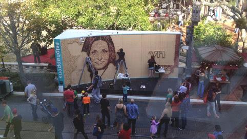 Scott Gundersen realizando un mural