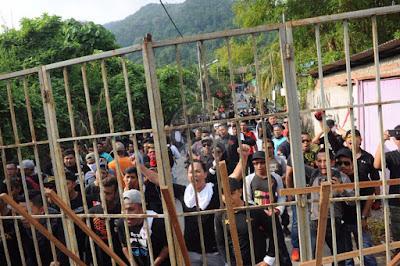 Penduduk Kampung Mutiara Batu Feringghi, Pulau Pinang buat bantahan apabila pemilik tanah hendak merobohkan kampung berkenaan