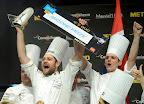 Christopher William Davidsen, a második helyezett norvég csapat séfje (b2) és segédje, Emil Rodam (j) a Bocuse d'Or szakácsverseny európai döntőjének eredményhirdetésén a Hungexpo Budapesti Vásárközpontban 2016. május 11-én.  (MTI Fotó: Kovács Tamás)