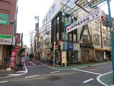お店のある目黒銀座商店街の入口付近