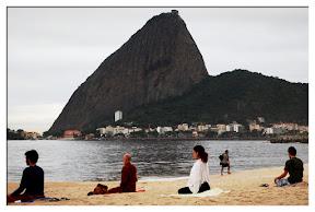 Meditação às 5h30 da manhã, ao nascer do sol,  com Bhante Rahula na praia do Flamengo,  altura do número 200. Depois, fizemos yoga. 31/03/11  (foto de Nelson Vasconcelos)