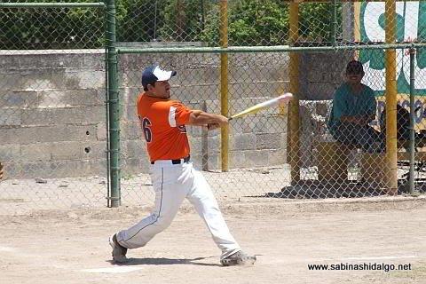 Edgar Castellanos bateando por Burócratas A en el softbol dominical