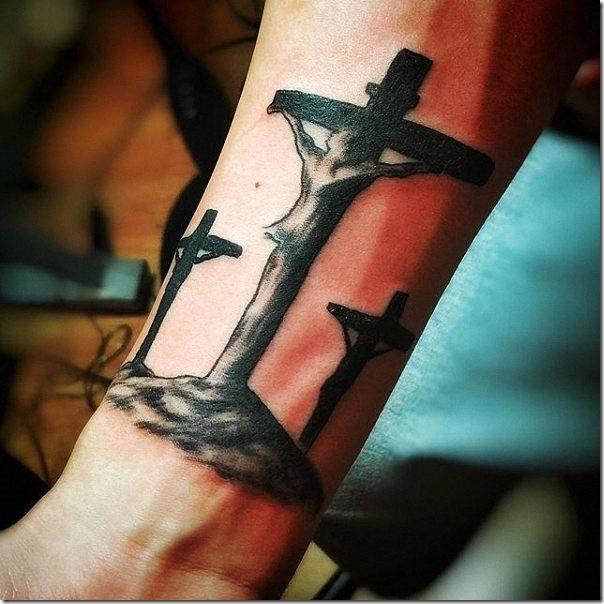 tatuajes_de_jesucristo_en_la_cruz_cubierto_en_negro
