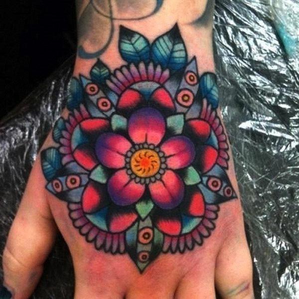 colorido_da_flor_de_ltus_da_mo_de_tatuagem