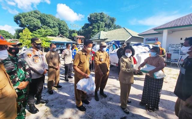 Simbolis, Bupati Pulang Pisau Serahkan Bantuan untuk Warga Terdampak Banjir