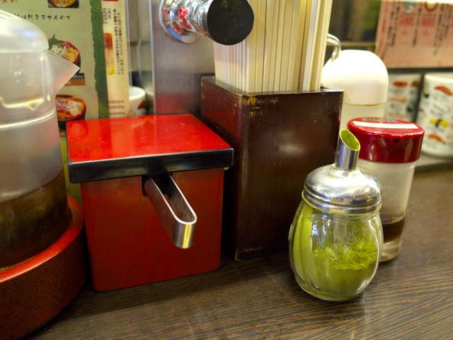 カウンター上の粉末緑茶とガリなど