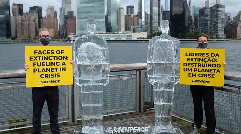 Un Trump y un Bolsonaro de hielo para protestar contra la crisis ambiental