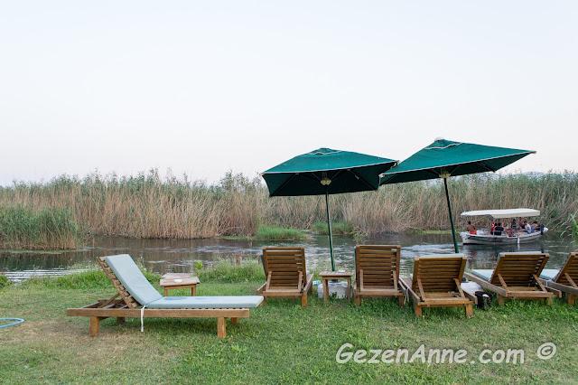 azmak plajındaki şezlonglar, Kerme Ottoman Konak otel Akyaka