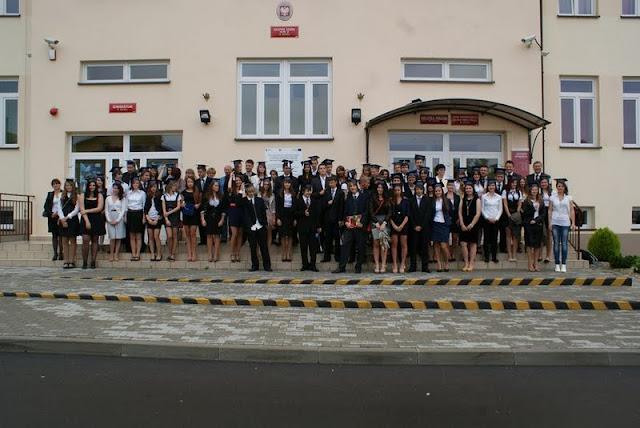 Zakończenie Gimnazjum przed budynkiem bis - DSC08132_1.JPG