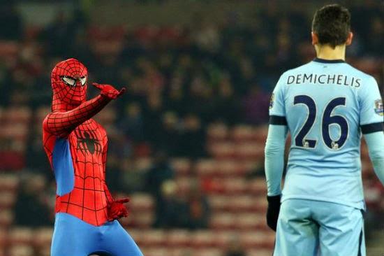 Người Nhện tấn công các cầu thủ Man City
