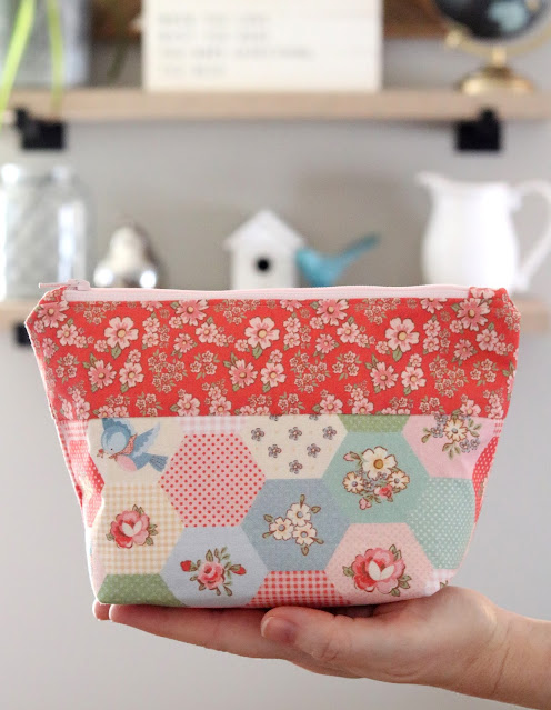 Easy zipper pouch - found on A Bright Corner with link to easy tutorial to make this cute little zipper pouch