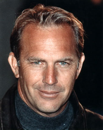 Resultado de imagem para homem grisalho a sorrir a preto e branco