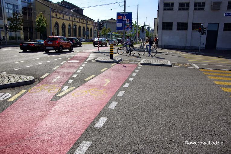 Pas ruchu wraz ze śluza rowerowa i jeszcze przejazd dla rowerów. To testowe rozwiązanie.