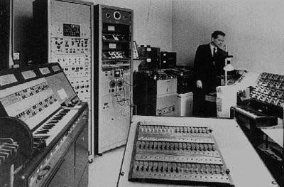 István Anhalt en el estudio de música electrónica de la Universidad McGill de Montreal