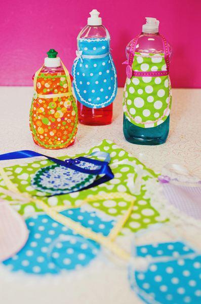 Decorar la botella de lavavajillas con un delantal.