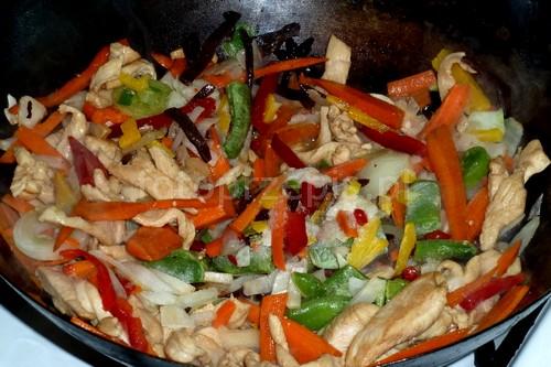 Idealna chińszczyzna z kurczakiem i makaronem wok smazone orientalna kurczak i drob kolacja danie glowne  przepis foto