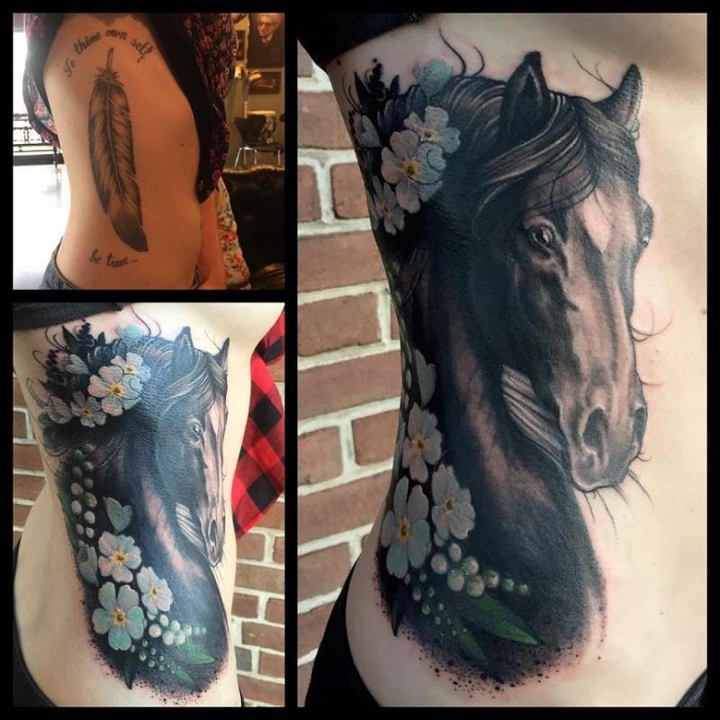 cavalo_preto_com_flores_de_tatuagem