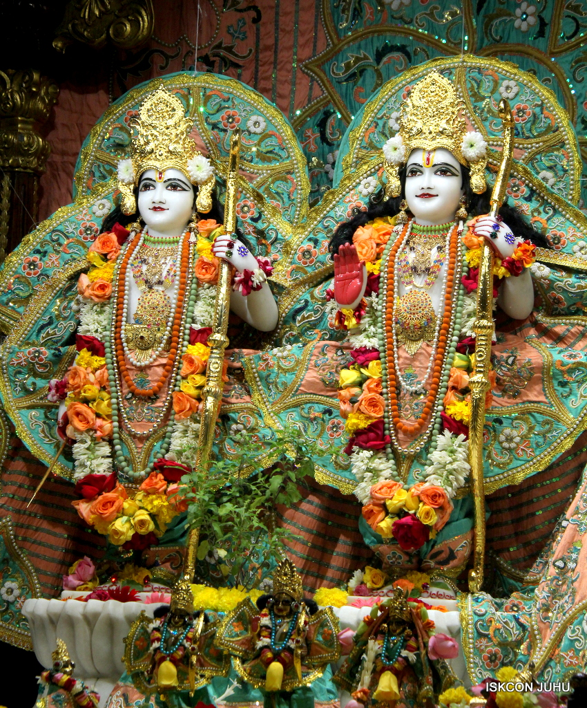 ISKCON Juhu Sringar Deity Darshan on 21st Oct 2016 (27)