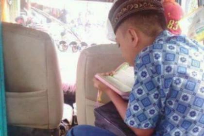 Saat yang Lain Main Gadget, Bocah yang Naik Angkot Ini Justru Lebih Pilih Baca Al-Qur'an