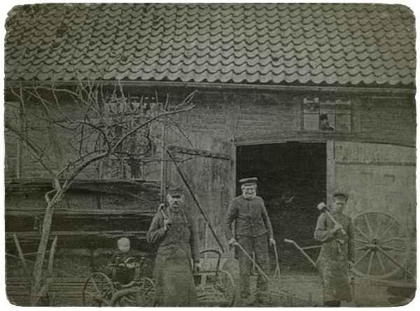 Vor der Schmiede Eggerts-Sprick in Asmissen bei Bösingfeld um 1920. Quelle: Heimatland Lippe