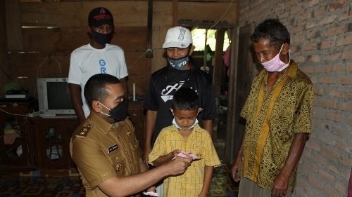 Wagub Audy Joinaldy Serahkan Bantuan RTLH di Pesisir Selatan