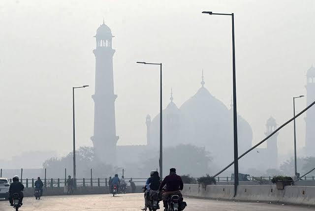 کراچی سمیت پاکستان کے دیگر علاقوں میں ہوا کا معیار انتہائی خراب۔۔لوگ بیمار ہونے لگے