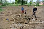 Tady vzniká základ pěkného kamenného potůčku, který bude v budoucnu končit v malém rybníčku.
