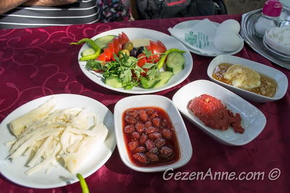 Bursa, Uludağ yolundaki tarihi İnkaya Çınarı'ndaki kahvaltı sofrası