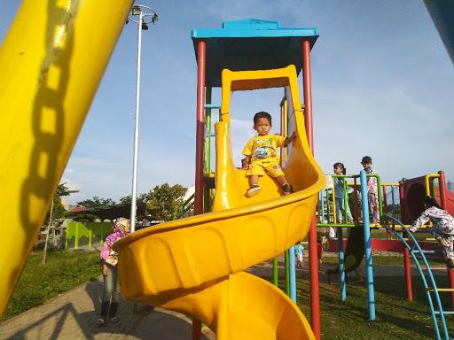 Si K bermain prosotan di Taman Bumirejo, Banyumanik, Semarang