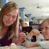 Mama en Elise betrapt op het zich laten gaan met de desserts  8-)