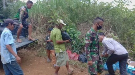 Kemanunggalan TNI dan Rakyat dalam Giat Pembagian Bibit Tanaman ke Warga