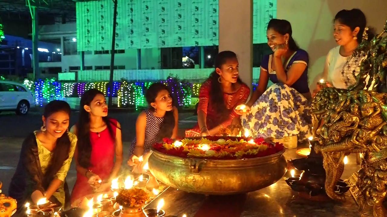 ಮಂಗಳೂರಿನಲ್ಲಿ ಕಾಲೇಜು ವಿದ್ಯಾರ್ಥಿನಿಯರಿಂದ ದೀಪಾವಳಿ ಆಚರಣೆ (Video)