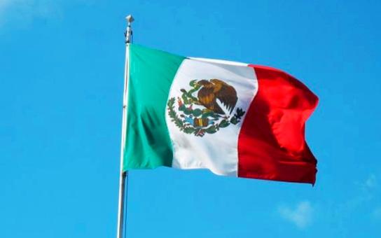 Bandera de México ondeando 3