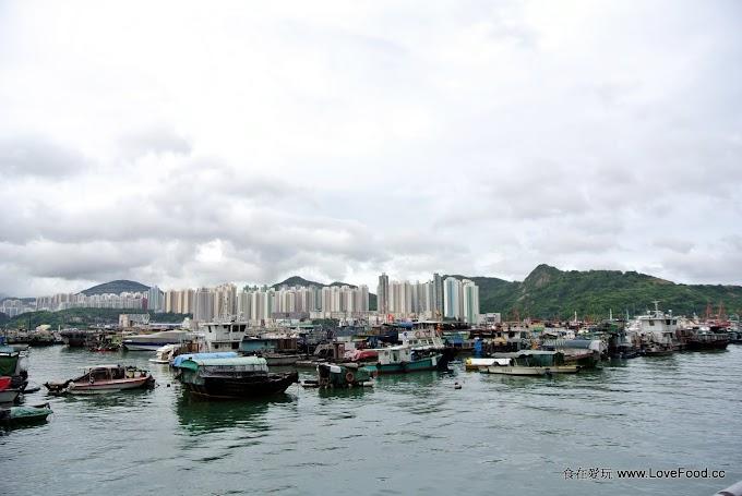 香港【愛秩序灣海濱花園】停泊烏篷船的港灣景色