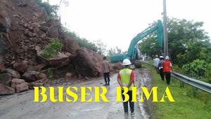 Polres Dompu dan Dinas PU berkolaborasi bersihkan Tumpukkan tanah longsor