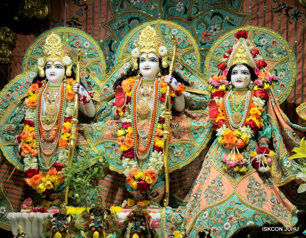 ISKCON Juhu Sringar Deity Darshan on 21st Oct 2016 (26)