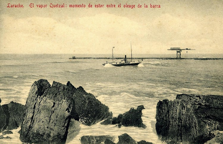 El vapor QUETZAL atravesando la peligrosa barra de Larache. Postal.JPG