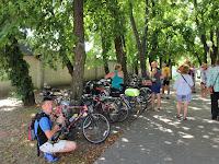2.A kerékpárok is pihentek, amig a kápolnában az Apponyi családról volt szó.JPG