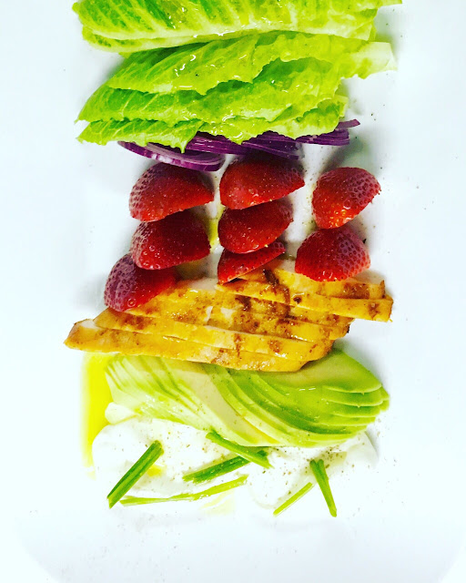 Салат Калифорнийский с клубникой и куриным филе