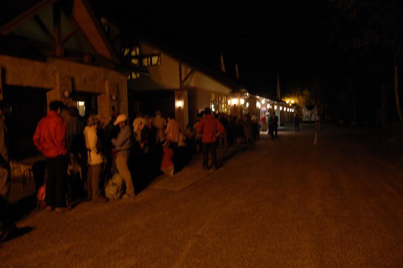4時40分の平湯アカンダナ駐車場のバス待ちの列