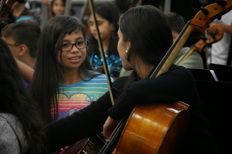 La solidaridad entre quienes comparten fila y durante cada uno de los ensayos, es una norma entre los integrantes de la Sinfónica Nacional Infantil de Venezuela, selección 40 Aniversario 2015. Rostros felices y muchas sonrisas se convierten en el foco de quienes registran estos inolvidables momentos.