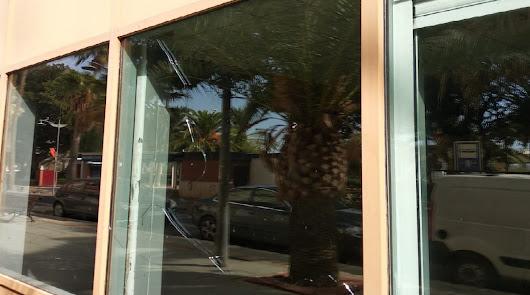Vándalos arremeten con un pico contra el Centro Puerta de Almería